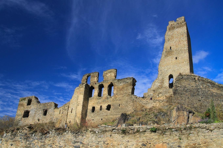 Pohled na hrad Okoř za krásného letního počasí
