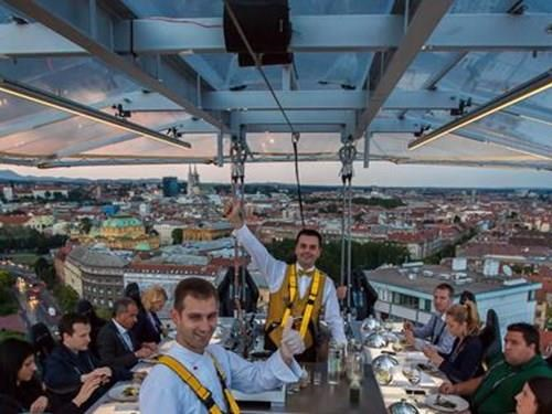 Večeře v oblacích - Dinner in the Sky Prague 2020
