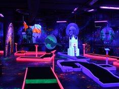 Black light adventure minigolf Prague Glow Golf - neonový minigolf