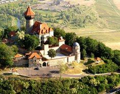 Už jste byli na královském hradě s restaurací a vyhlídkovou věží?