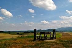 Obří stůl a židle na Lánském vrchu u Skorošic