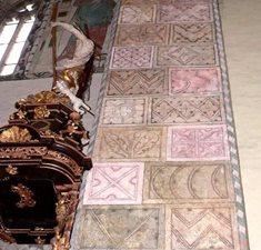 Kostel sv. Jana Křtitele v Jindřichově Hradci - záhadné zrůdy na stěnách